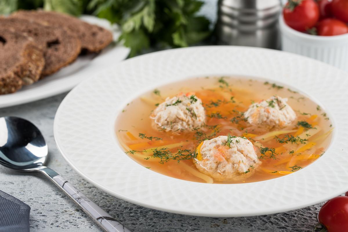 Лёгкий суп с фрикадельками и лапшой из кабачков
