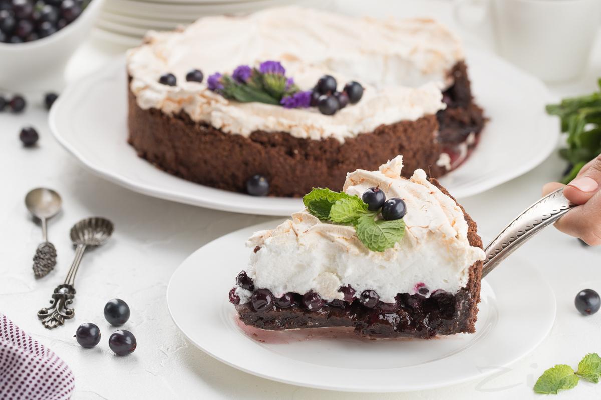 Видеорецепт: шоколадный тарт с черной смородиной