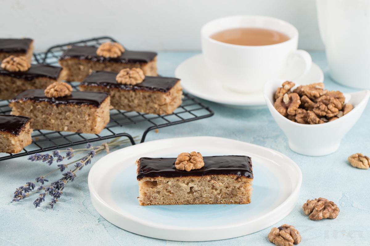 Ореховое пирожное с шоколадной глазурью
