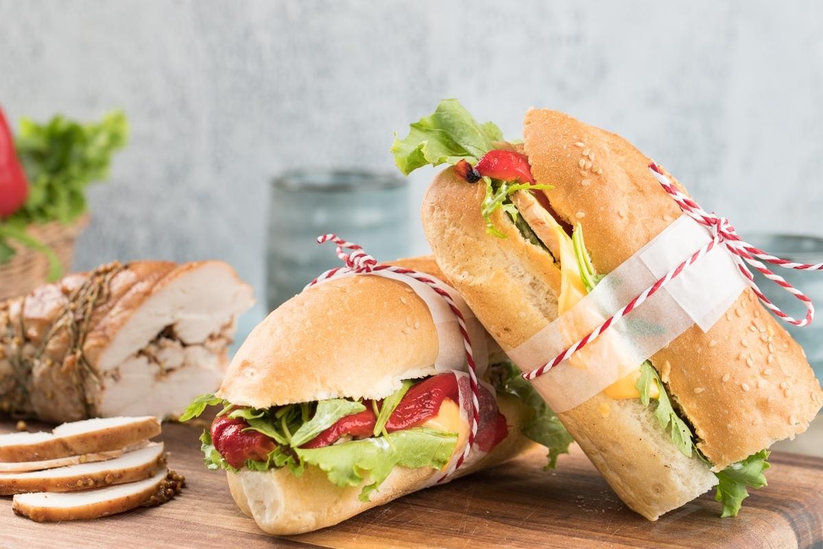 Tovuq va pishirilgan bulg'or qalampiridan sendvich