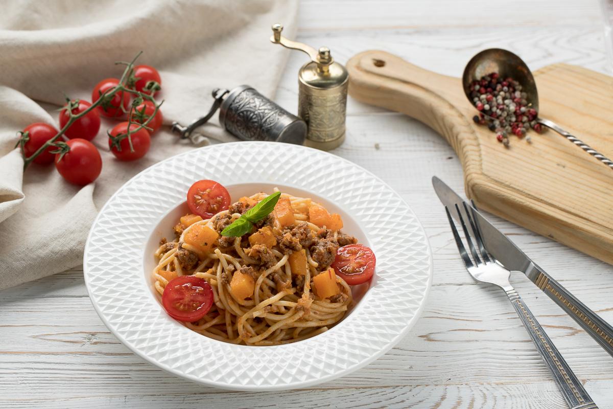 Спагетти с тыквой и мясным соусом