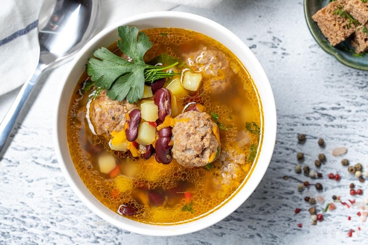 Суп с фрикадельками и красной фасолью