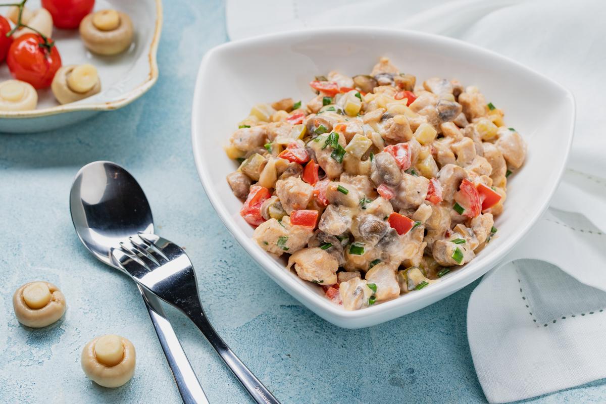 Теплый салат с грибами и курицей