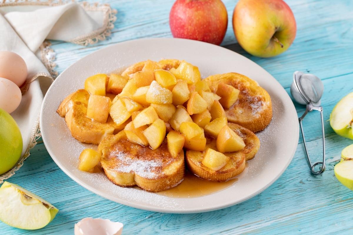 Гренки с карамелизированными яблоками