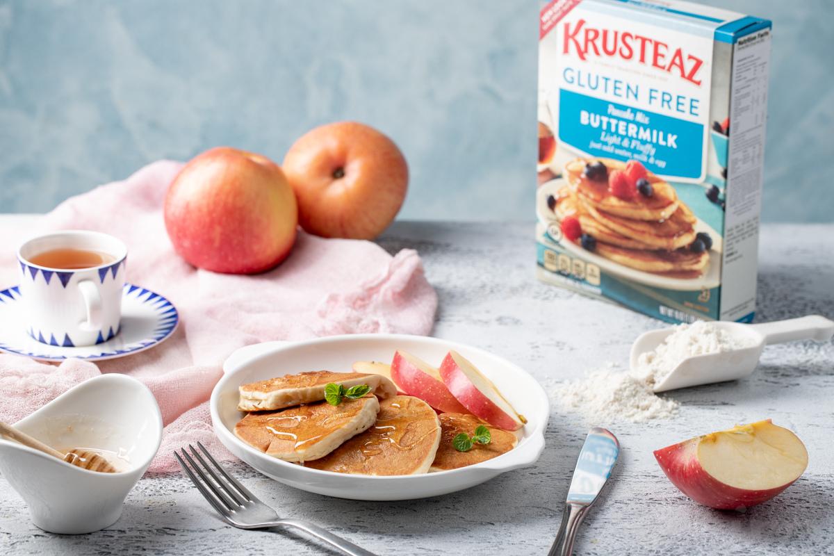 Видеорецепт: безглютеновые панкейки с яблоками от Krusteaz
