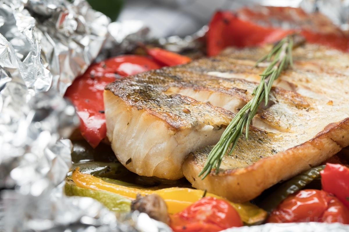 Видеорецепт: рыба запеченная с овощами в фольге