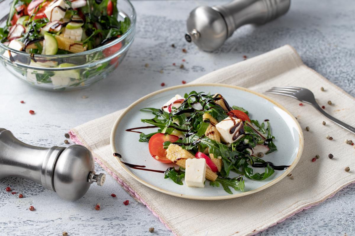 Rukkola va yosh makkajo'xoridan tayyorlangan salat