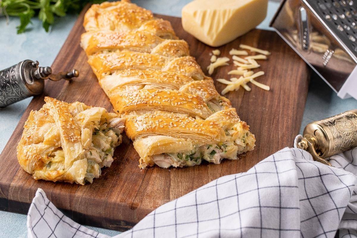 Слоеный пирог с курицей и сыром