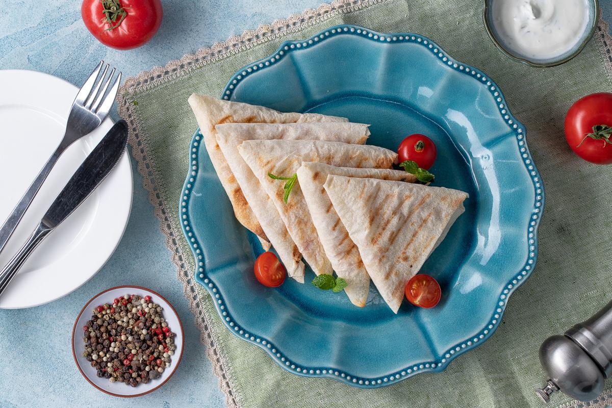 Видеорецепт: конвертики из лаваша с помидором и сыром