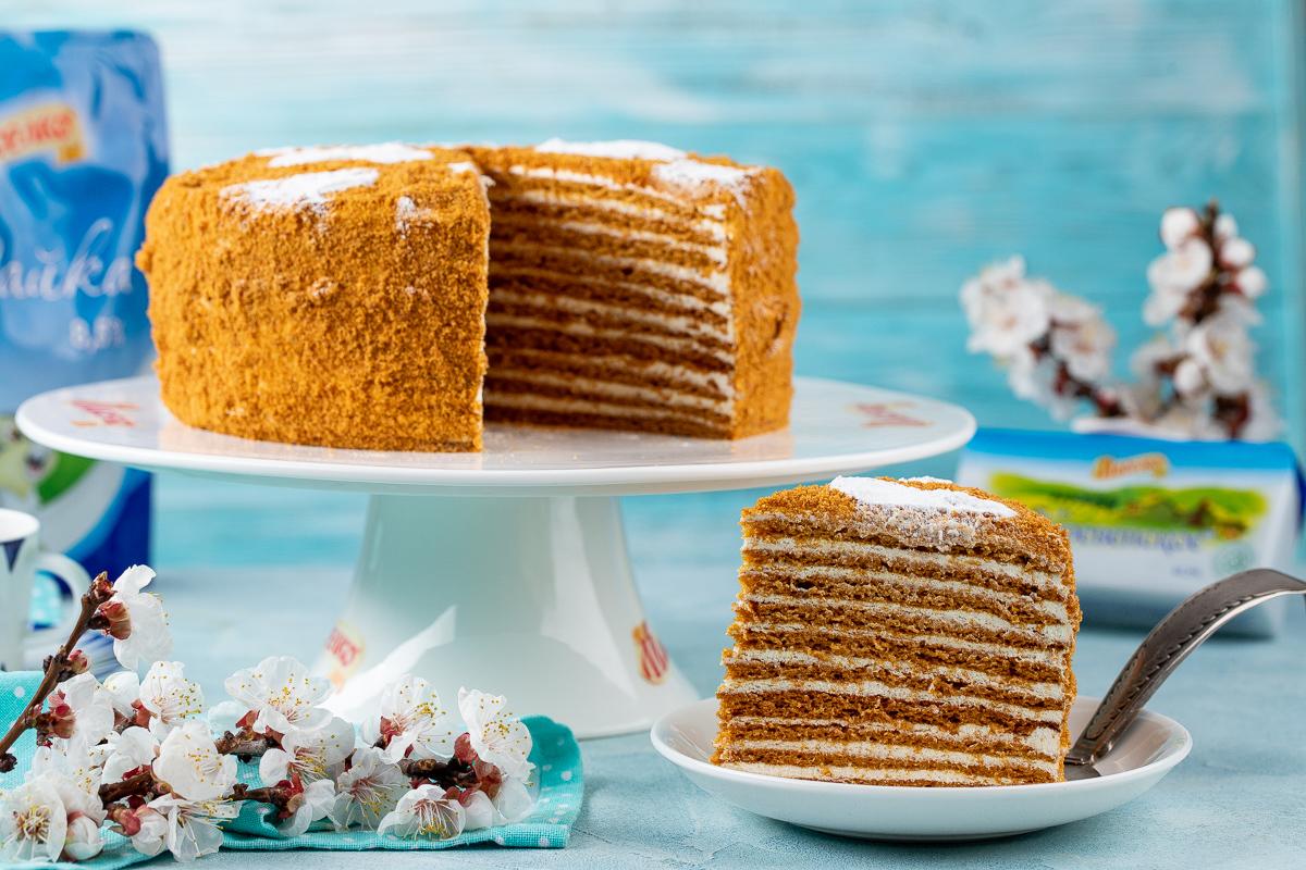 Videoretsept: smetanali krem suritilgan «Medovik» torti
