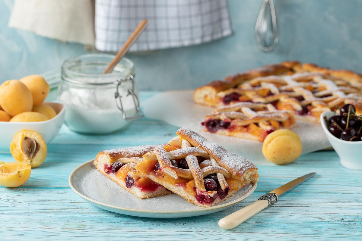 Сдобный пирог с абрикосами и вишней