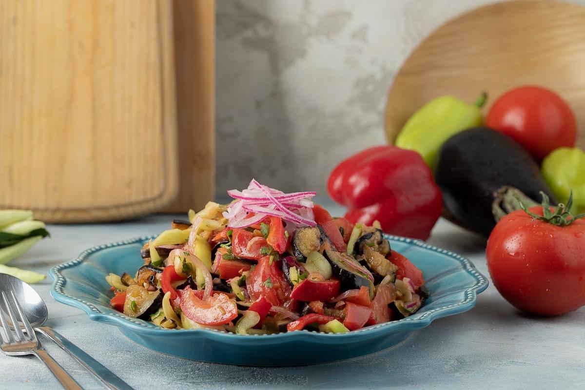 Теплый салат с помидорами и баклажанами