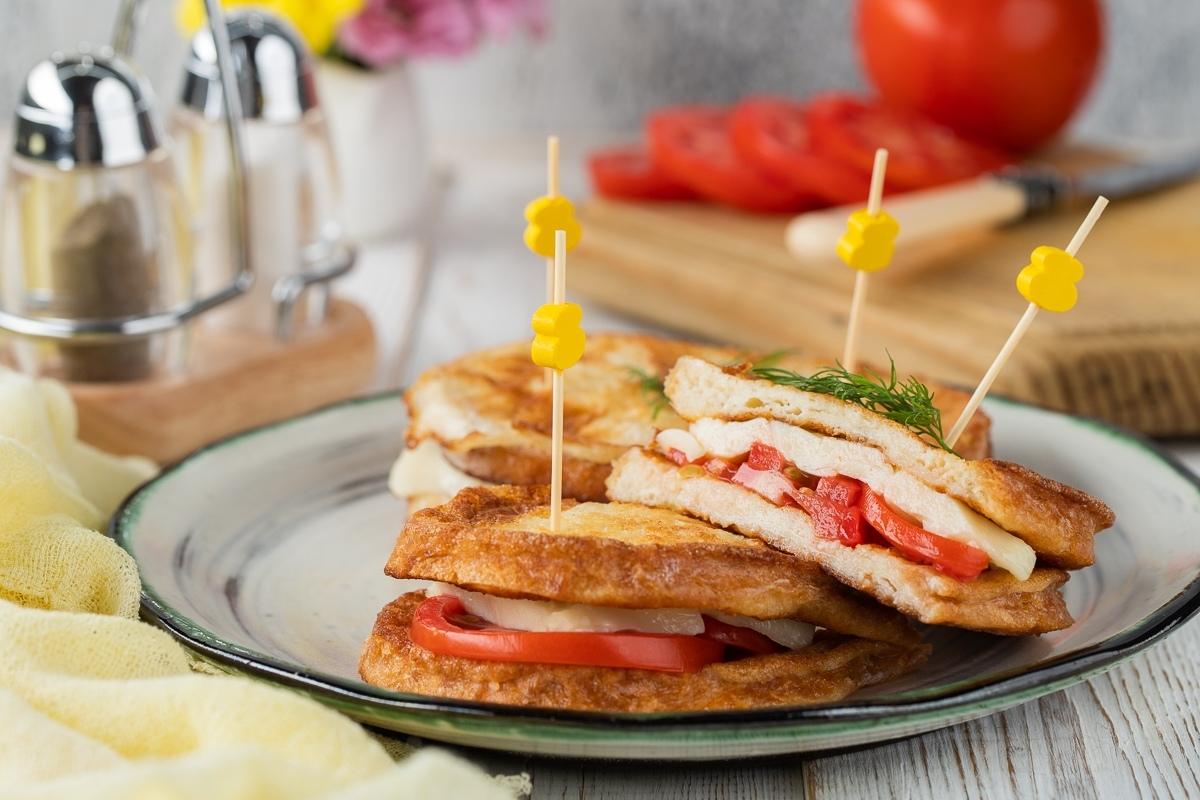 Французские тосты с помидорами и сыром